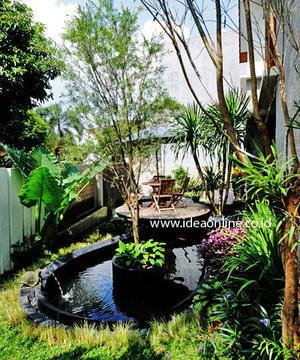 taman kolam dengan dek kayu berbentuk pulau rumahku